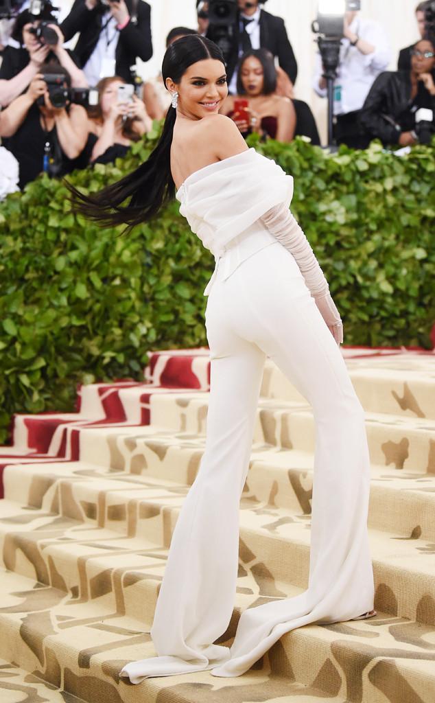 Kendall Jenner dans la combinaison blanche épaule dénudée
