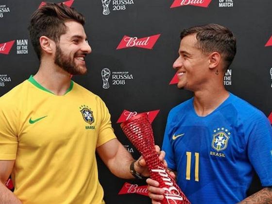 Alok parabeniza Philippe Coutinho ao entregar prêmio após jogo do Brasil