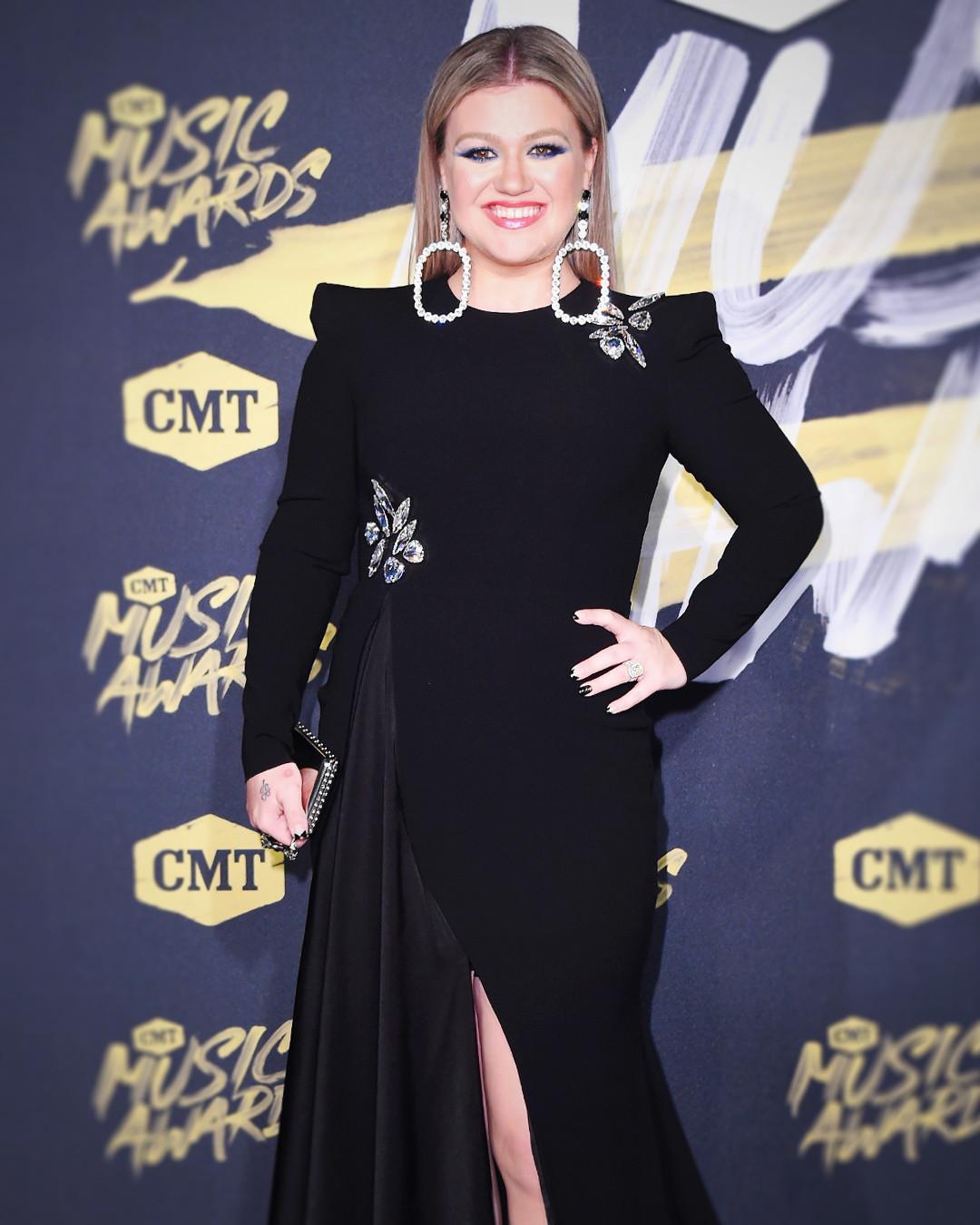 ESC: Kelly Clarkson, CMT Music Awards 2018