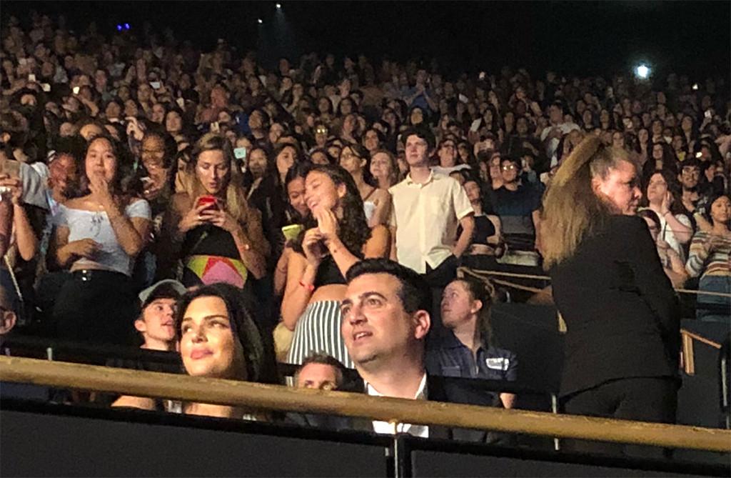 Kendall Jenner terlihat nonton konser terakhir Harry Styles (dok. E! News)