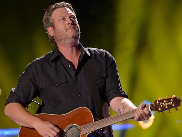 Blake Shelton Falls on Stage and It May Just Be Pitbull's Fault