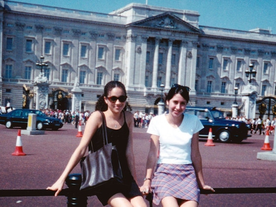 Olivia Munn Recreates Meghan Markle's Old Buckingham Palace Photo
