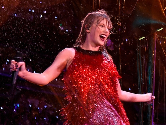 Taylor Swift Performs in Pouring Rain at New Jersey Concert