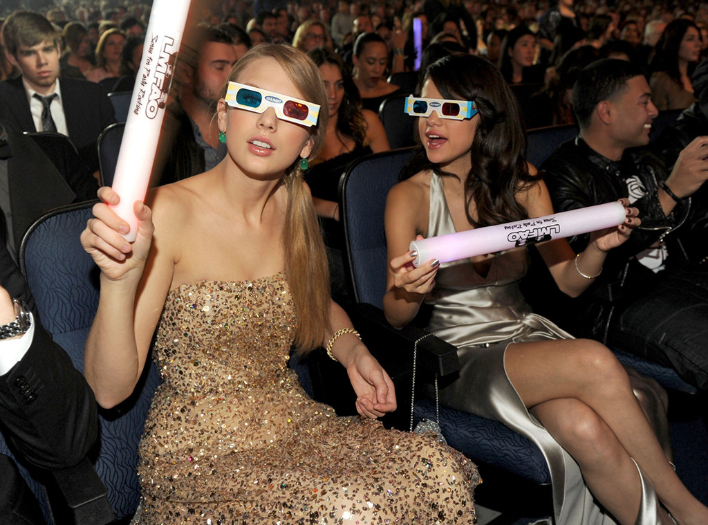 Taylor Swift, Selena Gomez, 2011 American Music Awards