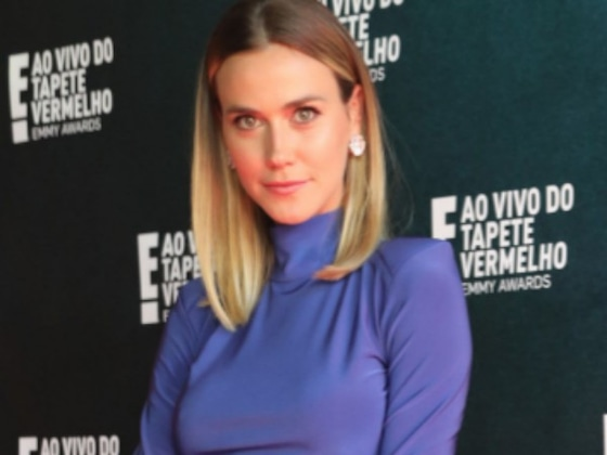 Renata Kuerten se diverte no tapete vermelho do Emmy Awards 2018