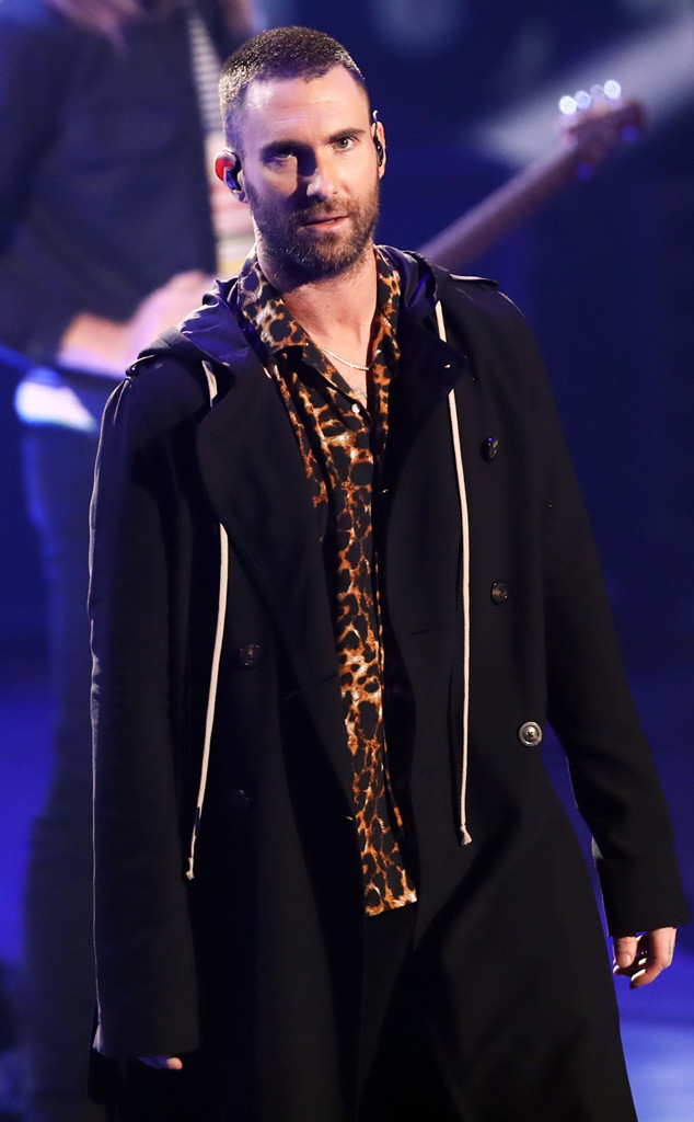 adam levine fan rushes stage during maroon 5 concert e news uk. Black Bedroom Furniture Sets. Home Design Ideas