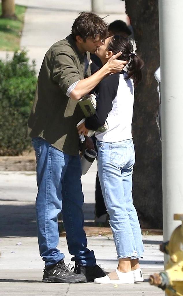 Ashton Kutcher, Mila Kunis, PDA