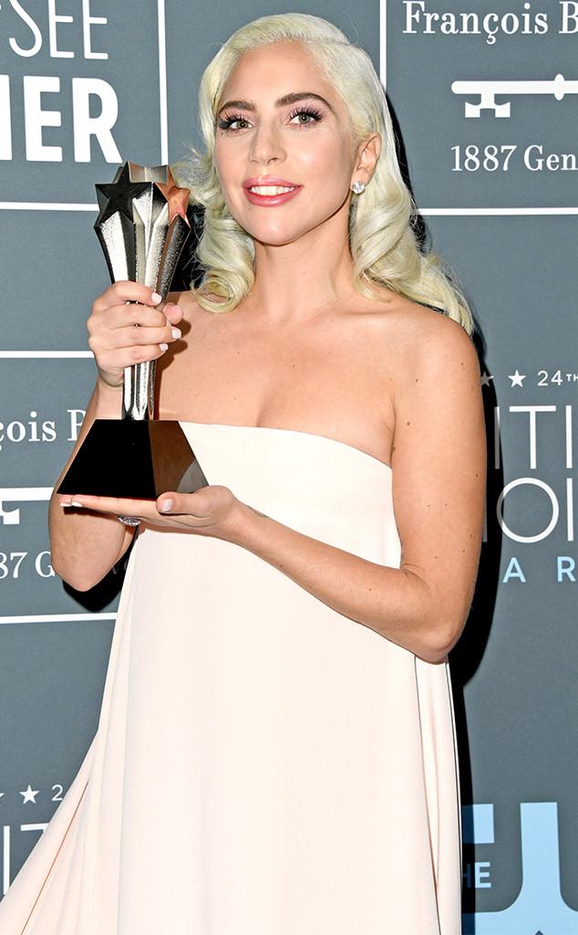 Lady Gaga juga berhasil menjadi pemenang Best Actress nih Teens (dok. E!News)