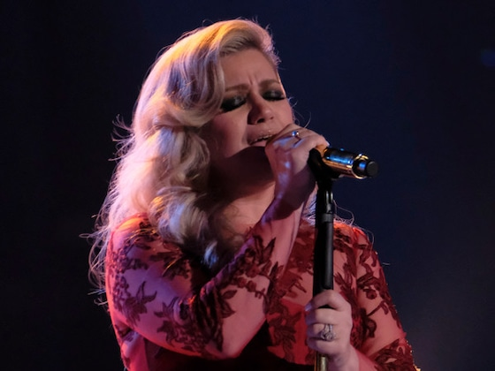 """Watch Kelly Clarkson Bring the """"Heat"""" as She Preps for Her New Tour"""