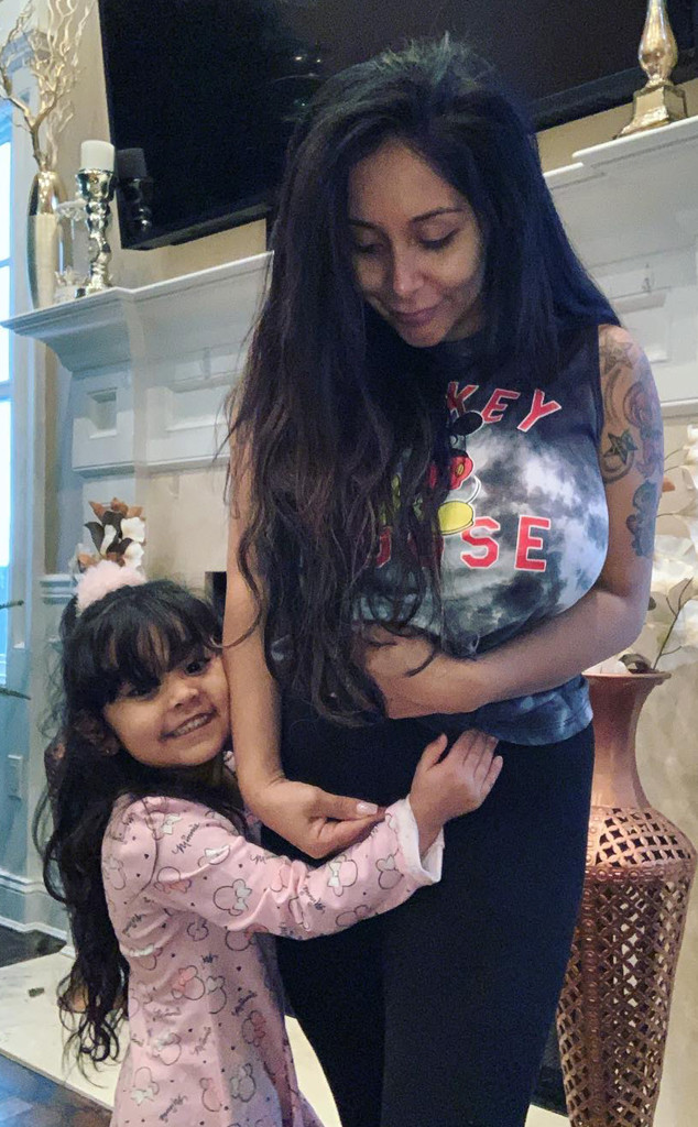eab82eb7e0baf Aw! Watch Snooki's Kids Introduce Themselves to Her Baby Bump | E ...