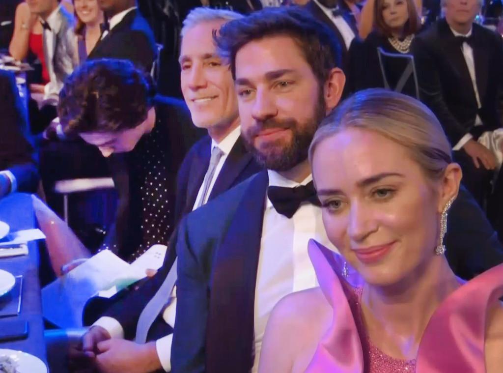 Timothée Chalamet é flagrado lendo durante o SAG Awards 2019