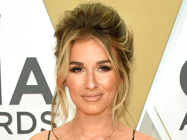 Jessie James Decker's 2019 CMA Awards Beauty Will Give You '90s Supermodel Vibes