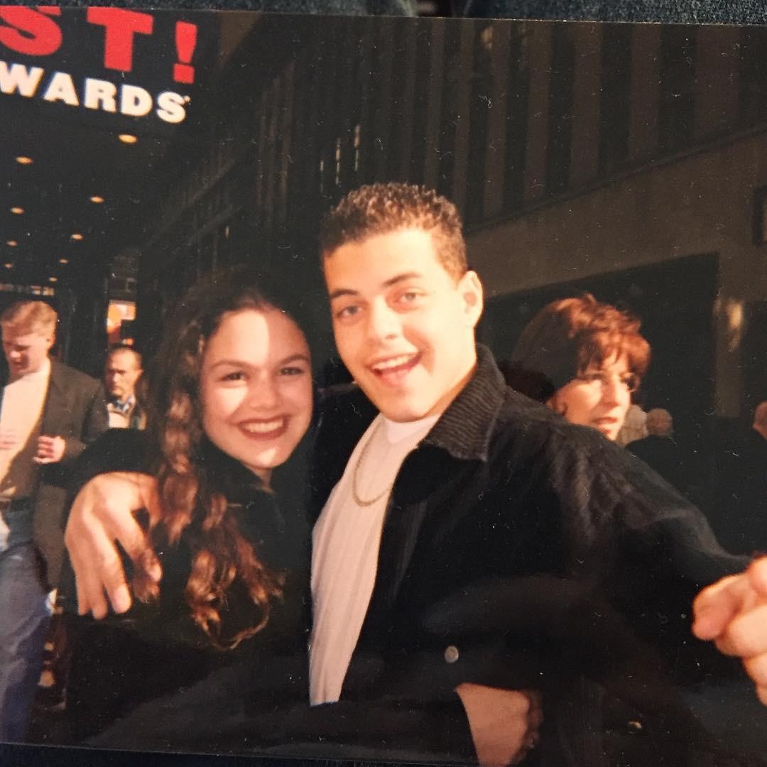 Rachel Bilson posta foto épica com Rami Malek na época da escola