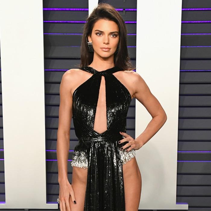 0ce775d0a6c Il fallait voir la robe osée de Kendall Jenner à la fête des Oscars de  Vanity Fair