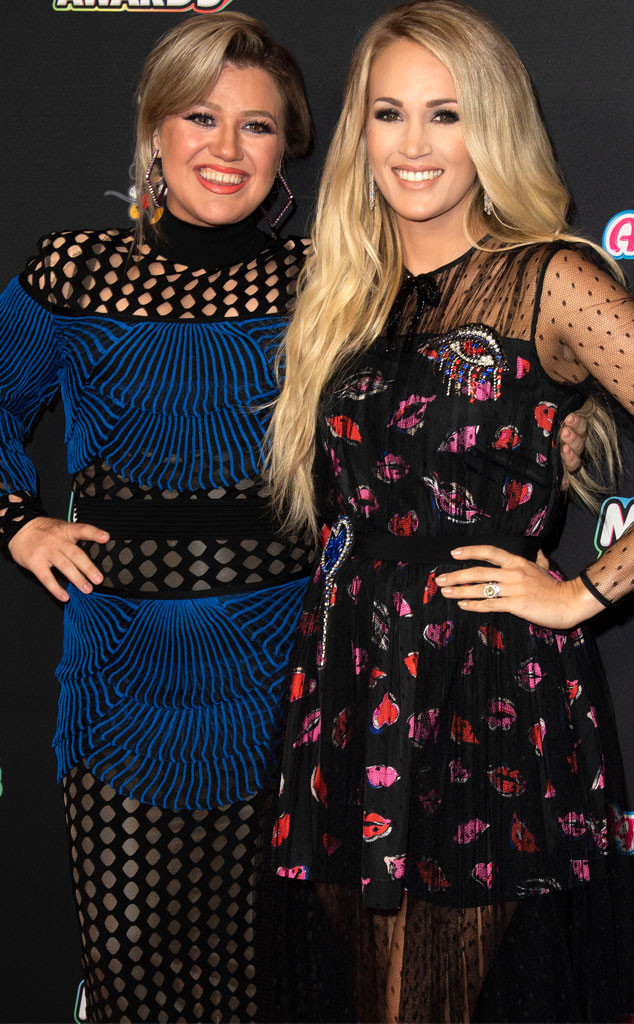 Kelly Clarkson Shuts Down Carrie Underwood Feud Rumors With Hilarious Tweet