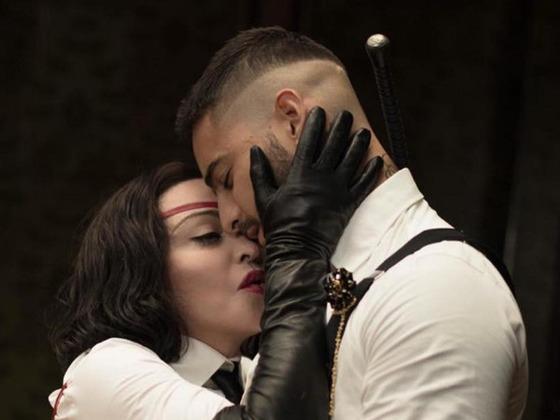 Madonna baila reggaeton y le lame el pie a Maluma en el video de <i>Medell&iacute;n</i> &iexcl;M&iacute;ralos!