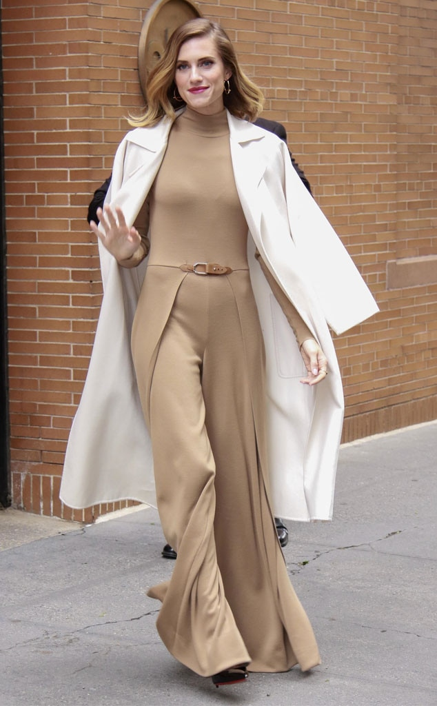 Allison Williams -  Sleek and chic!