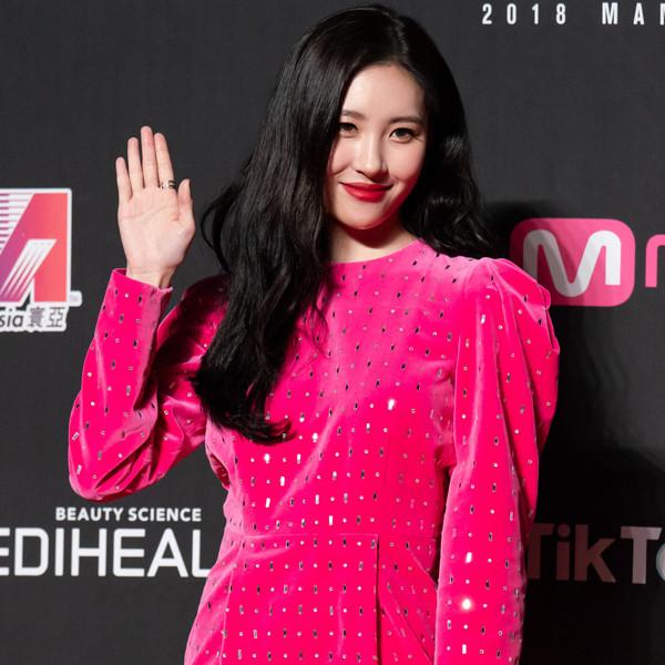 """K-Pop Star Sunmi Describes Herself as """"LGBT"""" in Viral Concert Moment"""