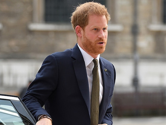 Le prince Harry brise la tradition royale en fermant la portière d'une voiture