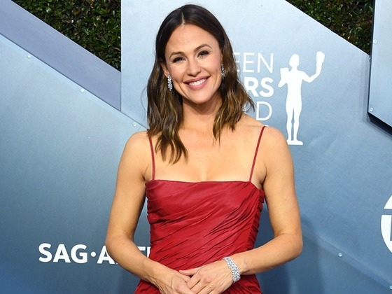Jennifer Garner Is Looking Red Hot and Sporting Some Serious Ice at the 2020 SAG Awards