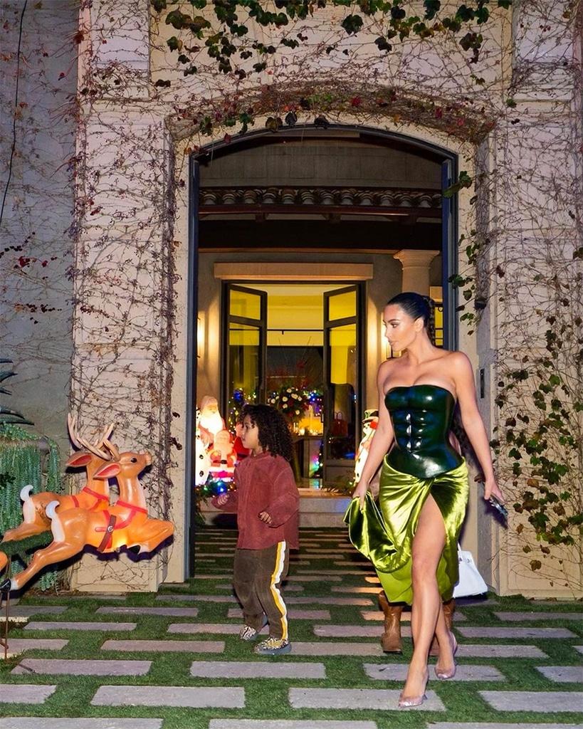 Kim Kardashian porte une robe très osée lors d'un Noël en petit comité - E!  Online France