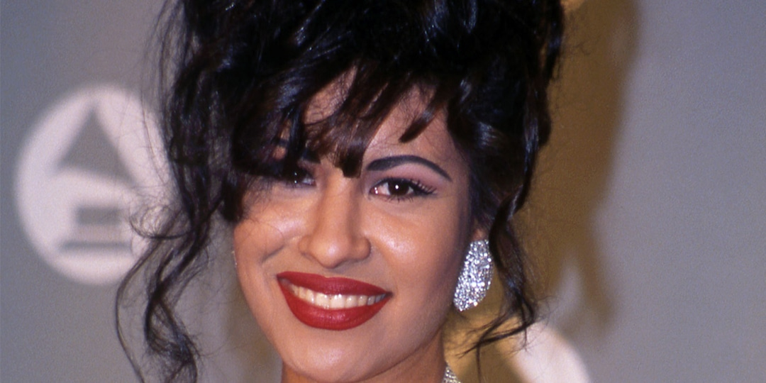 How Selena Quintanilla's Signature Beauty Style Has Stood the Test of Time - E! Online.jpg