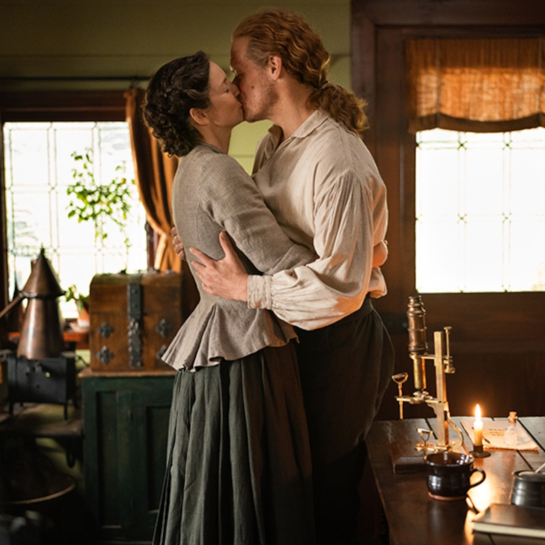Outlander S Claire Jamie Share Loving Moment In Deleted Scene E Online