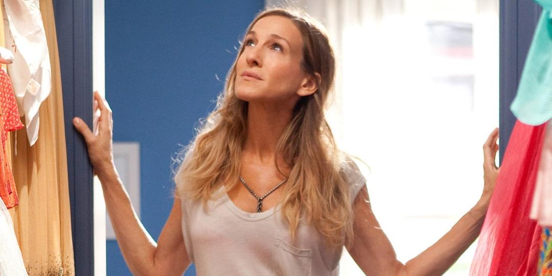 Sarah Jessica Parker Visits Carrie Bradshaw's Apartment on Eve of SATC Revival Production - E! Online.jpg