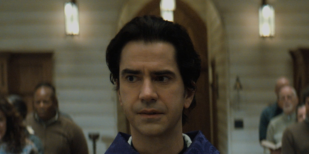 Hamish Linklater Is an Eerily Powerful Priest in Bone-Chilling Midnight Mass Trailer - E! Online.jpg